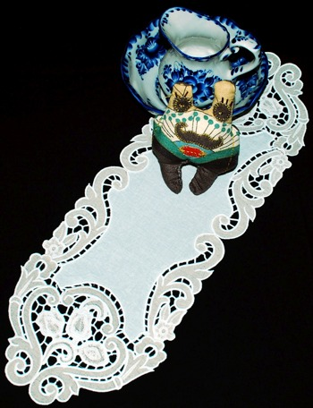Cutwork Lace Tulip Table Runner